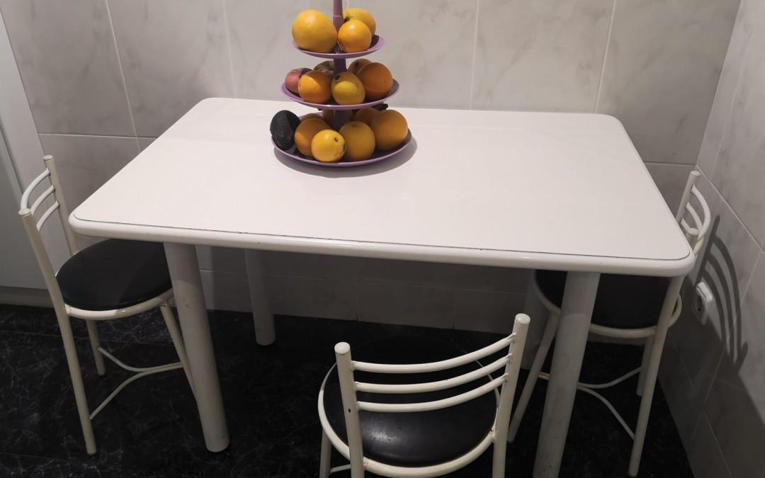 Taula i cadires de cuina